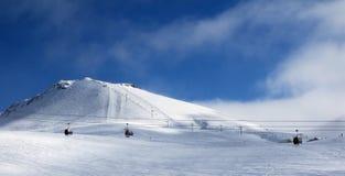 长平底船和升降椅全景在滑雪胜地在winte 库存照片