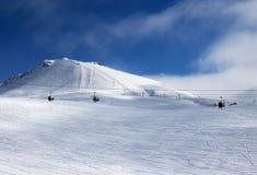 长平底船和升降椅在滑雪胜地冬天晚上与sno 免版税库存照片