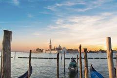 长平底船和圣在一个海岛上的乔治Maggiore大教堂的美丽的景色,在威尼斯式盐水湖,威尼斯,意大利 库存图片