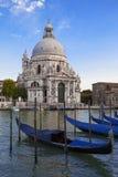 长平底船和大教堂二圣玛丽亚della致敬 图库摄影