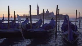 长平底船和小船交通在威尼斯和圣乔治堂马吉欧雷 影视素材