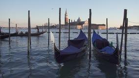 长平底船和小船交通在威尼斯和圣乔治堂马吉欧雷 股票视频