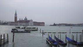 长平底船和小船交通时间间隔在威尼斯和圣乔治堂马吉欧雷 影视素材