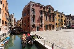 长平底船和小船典型的看法在威尼斯运河  晴朗日的夏天 库存照片