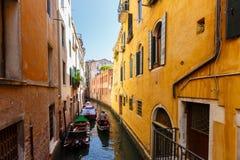 长平底船和小船典型的看法在威尼斯运河  晴朗日的夏天 免版税库存图片