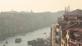长平底船和小船在威尼斯视图从上面 股票视频