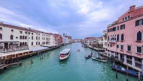 长平底船和小船在威尼斯timelapse,大运河全景交易 蓝色小船小船河天空岗位 蓝色多云天空夏日 影视素材