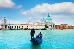 长平底船和平底船的船夫在中央威尼斯 免版税库存图片