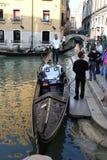 长平底船和平底船的船夫,威尼斯,意大利 库存图片