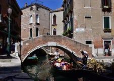 长平底船和桥梁在威尼斯 库存照片