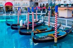 长平底船和池塘威尼斯式旅馆和赌博娱乐场的前面的 库存图片