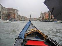 长平底船和运河在威尼斯,意大利 免版税库存照片