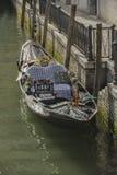长平底船在一条典型的威尼斯式运河-威尼斯停泊了 图库摄影