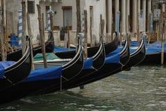 长平底船在一条典型的威尼斯式运河-威尼斯停泊了 免版税图库摄影