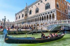 长平底船在共和国总督` s宫殿附近漂浮在威尼斯 免版税库存照片