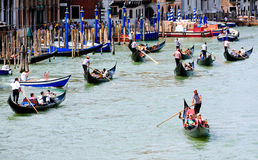 长平底船在大运河的交通堵塞在威尼斯 免版税库存图片
