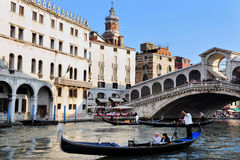 长平底船在大运河航行在威尼斯,在里亚尔下的意大利 库存照片