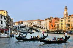 长平底船在大运河航行在威尼斯,意大利 图库摄影