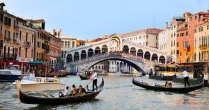 长平底船在大运河航行在威尼斯,意大利 库存图片