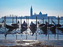 长平底船在威尼斯和圣停泊了乔治Maggiore大教堂  免版税库存照片