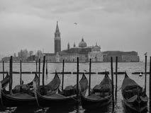 长平底船在威尼斯在圣marco停泊了共和国总督宫殿外 库存图片