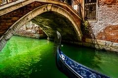 长平底船在威尼斯桥梁下  免版税库存图片