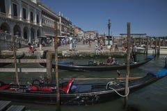 长平底船在威尼斯,意大利/大厦 库存图片