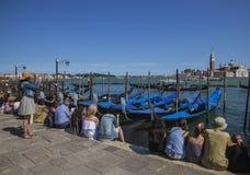 长平底船在威尼斯,意大利/游人 库存图片
