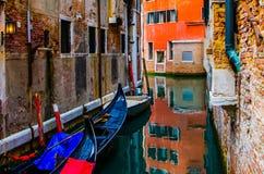 长平底船在安静的运河睡觉 图库摄影