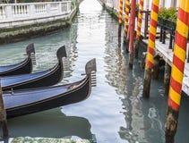 长平底船在旁边运河,威尼斯,意大利停泊了 库存图片