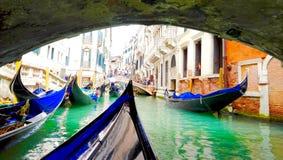 长平底船在桥梁下 免版税库存照片