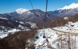 长平底船在罗莎Khutor滑雪胜地,索契,俄罗斯举 免版税库存图片