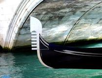 长平底船在水路的桥梁下在威尼斯意大利 库存照片
