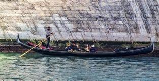 长平底船在Rialto桥梁下 免版税库存图片