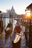 长平底船在Vienice,意大利大运河  库存图片