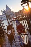 长平底船在Vienice,意大利大运河  图库摄影