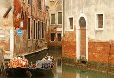 长平底船小船在威尼斯 库存照片