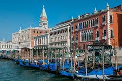 长平底船小船在威尼斯 免版税库存图片