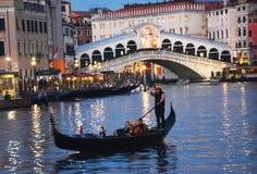 长平底船旅行,在晚上,在大运河在威尼斯 库存照片