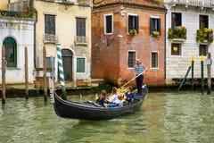 长平底船沿大运河漂浮在威尼斯 免版税库存照片