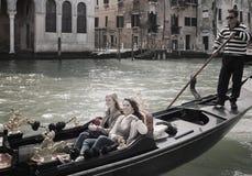 长平底船的两个女孩在大运河 库存图片