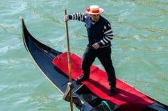 长平底船的平底船的船夫在威尼斯意大利 库存照片
