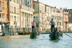长平底船的平底船的船夫在威尼斯,意大利看法的背景  库存照片