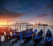 长平底船的意想不到的看法 满天星斗的天空夜 库存图片