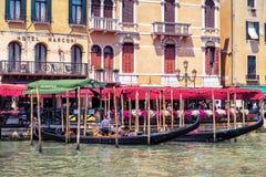 长平底船的码头在大运河在威尼斯 图库摄影
