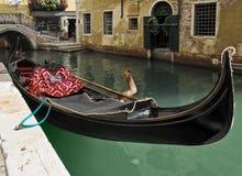 长平底船等待的游人在威尼斯 免版税库存照片