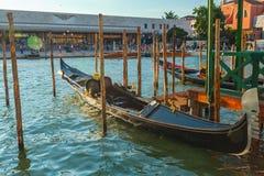 长平底船等待水运河的,威尼斯,意大利游人 免版税库存图片