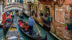 长平底船航行通过威尼斯运河v 免版税图库摄影