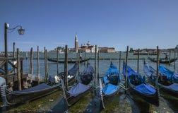 长平底船行在威尼斯,意大利 库存图片