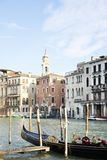 长平底船运河重创的威尼斯岸 免版税库存图片